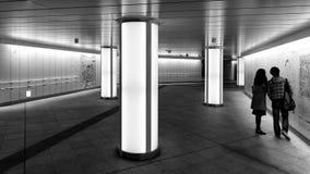 Ingång för Nishi-shinjuku tunnelbanastation från Nomura byggnad i Tokyo, Japan Royaltyfria Bilder