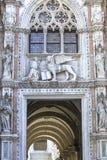 Ingång för Porta dellacarta av dogens slott i Venedig Royaltyfria Foton