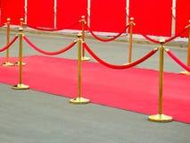 ingång för röd matta med guld- stolpar och rep Kändiskandidater som har premiär Stjärnor på festligt tilldela av priser royaltyfri fotografi