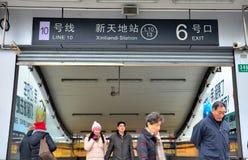 Ingång för Shanghai Xintiandi gångtunnelstation, Kina Arkivfoto