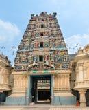 Ingång i en tempel med hinduiska gudar på gopuram Royaltyfria Foton