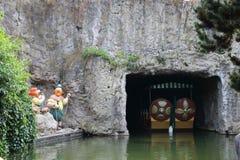 Ingång i en vattentunnel med den Epidemais Croisiere för dockor förutom dragningen på Park Asterix, Ile de France, Frankrike royaltyfria foton