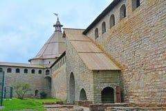 Ingång in i passager i det Golovina tornet av fästningen Oreshek nära Shlisselburg, Ryssland Arkivbild
