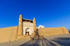 Ingång i tillflyktfästningen - gammal stad av Bukhara, Uzbekistan royaltyfri fotografi