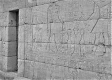 Ingång längs väggen av templet av Dendur med Osiris royaltyfria foton