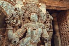 Ingång med dörrvårdare av den 12th århundradeHoysaleshwara templet i Halebidu, Indien Royaltyfria Foton