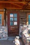 Ingång med exponeringsglas- och trädörren till ett stängt lager arkivbild
