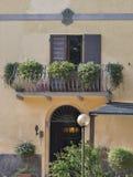 Ingång och balkong av det forntida säterit i Tuscany Royaltyfri Bild