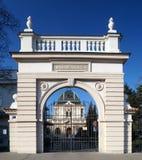Ingång och ceremoniel Hall av den nya judiska kyrkogården i Prague, Tjeckien royaltyfri foto