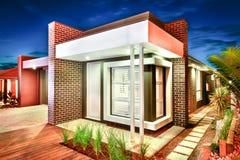 Ingång och fasad av en modern herrgård med den tegelstenväggar och sänkan Arkivfoto