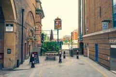 Ingång och tecken till The Banker Pub i London arkivfoton