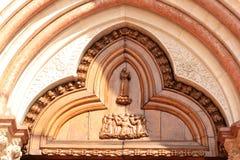 Ingång (rätt) av San Francesco, Assissi, Italien Arkivfoto