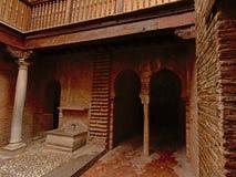 Ingång till baden av den Nasrid slotten, Alhabra Arkivbild