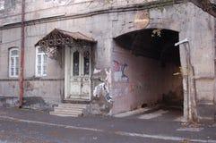 Ingång till bostads- byggnad i Yerevan Arkivbilder