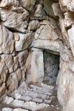 Ingång till cisternen i Mycenae, Grekland, Europa arkivbild