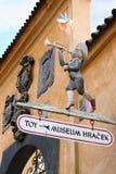 Ingång till de välkända Prague museumleksakerna Royaltyfri Bild