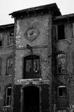 Ingång till den övergav fabriken Arkivbilder