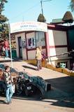 Ingång till den Batasia öglan Det har lokaliserat på kullevagnsvägen nära den Darjeeling staden Vi får 360 royaltyfri fotografi
