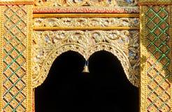 Ingång till den buddistiska templet royaltyfri foto