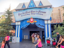 Ingång till den djupfrysta allsången som en lång etappshow på det Disney Kalifornien affärsföretaget parkerar Arkivfoto