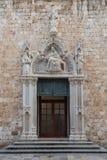 Ingång till den Franciscan kloster i Dubrovnik royaltyfria bilder