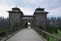 Ingång till den gamla trähillforten Royaltyfri Bild