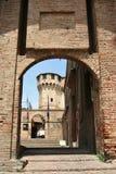 Ingång till den Gradara slotten, centrala Italien Royaltyfri Bild