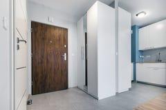 Ingång till den lilla lägenheten i modern lägenhet arkivbilder