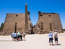 Ingång till den Luxor templet, Egypten Royaltyfri Bild