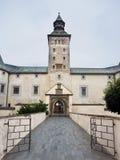 Ingång till den Thurzo slotten i Bytca arkivbild