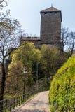 Ingång till den Tyrol slotten i härligt landskap Tirol by, landskap Bolzano, s?dra Tyrol, Italien arkivfoto