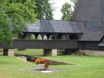 Ingång till den unika träkyrkan, en by Koci Royaltyfri Bild