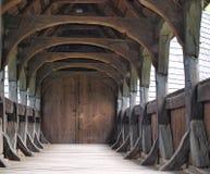 Ingång till den unika träkyrkan, en by Koci Arkivfoto
