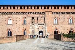 Ingång till den Visconti slotten i den Pavia staden royaltyfri fotografi