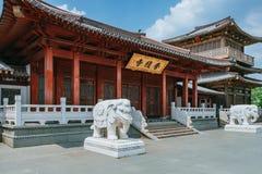 Ingång till den Xiangji templet, i kines och elefantstatyer, i Hangzhou, Kina royaltyfria bilder