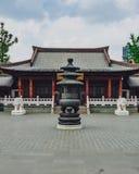 Ingång till den Xiangji templet, med rökelsegasbrännaren, i Hangzhou, Kina royaltyfria foton