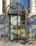 Ingång till den Zurich operahuset Arkivfoto