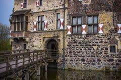 Ingång till det omgav med vallgrav slottet royaltyfria foton