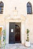 Ingång till domkyrkan av St John i den gamla Budvaen, Montenegro Arkivfoto