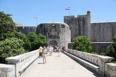 Ingång till Dubrovnik den gammala townen Royaltyfria Bilder