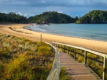 Ingång till en öde strand i norra delen av ett land, Nya Zeeland Arkivbild