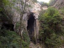 Ingång till en grotta royaltyfri bild