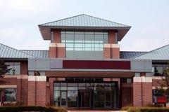 Ingång till en modern kontorsbyggnad Arkivfoto