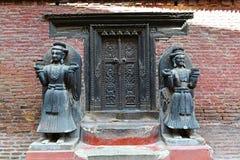 Ingång till en offentlig hinduisk tempel i Bhaktapur, Nepal Arkivbild