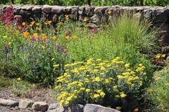 Ingång till en ståndsmässig väg i Napa Valley med blommor royaltyfria bilder