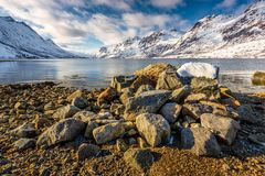 Ingång till Erfjorden betweent berg i snö Arkivbilder