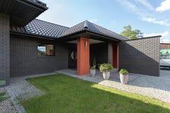 Ingång till ett modernt lyxigt hus Arkivbild