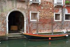 Ingång till forntida byggnad i Venedig, Italien Royaltyfria Bilder