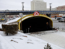 Ingång till gångtunnelen under konstruktion Arkivfoto