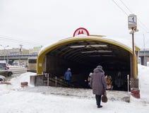 Ingång till gångtunnelen under konstruktion royaltyfri bild